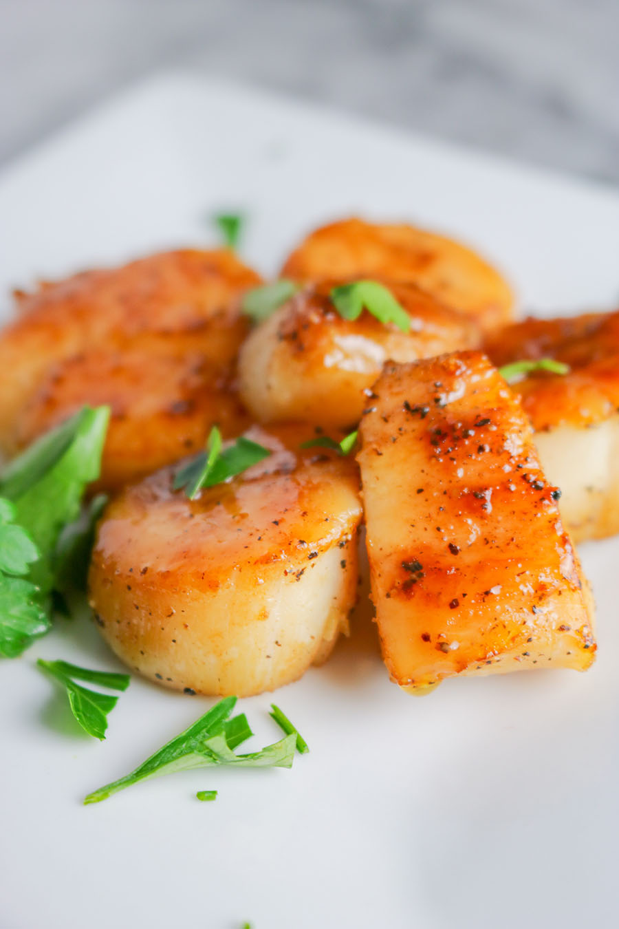 These Easy Seared Scallops are the perfect addition to any meal! Pasta, stir fry, risotto.. All you need is a few simple ingredients and a hot pan. | NOMaste Kitchen